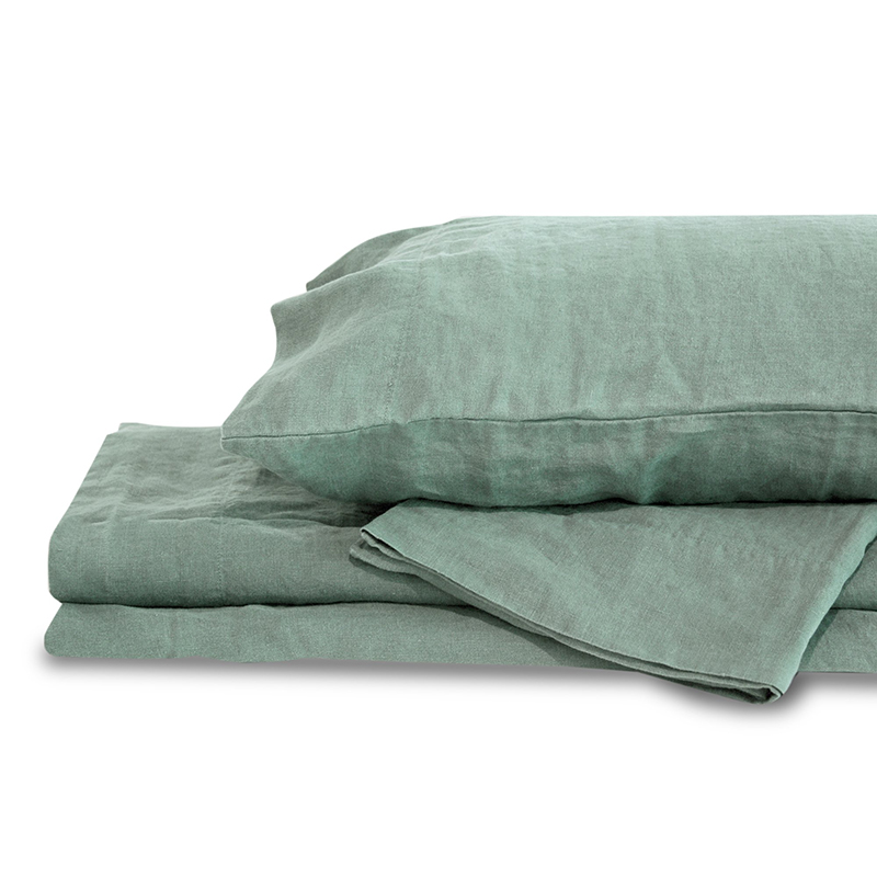 If you're looking for eco-conscious, vegan bedding, check out these hemp bed sheets from Delilah Home - a business with a pretty amazing backstory!