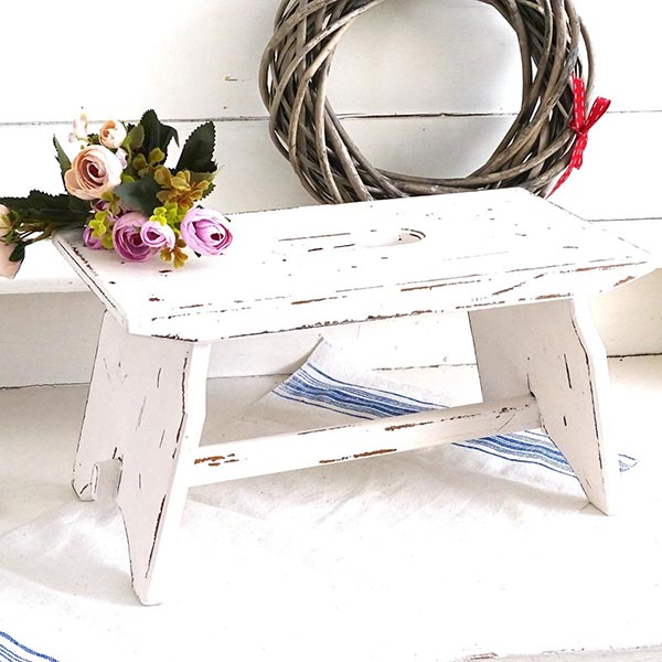 Raise your hand if you love antique home decor. Raised both hands? You've come to the right place! Here's a home tour featuring antique and thrifted finds, plus a list of vintage pieces I found on Etsy - like this white bench.